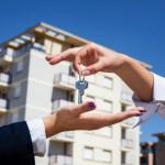 Человек получает ключ от квартиры