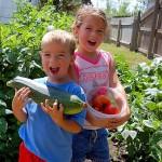 Дети на огороде